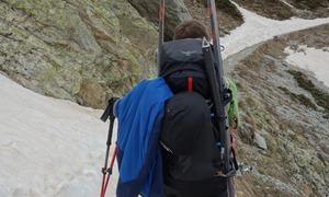 Portage de skis en action